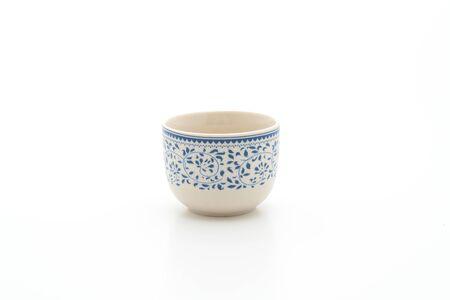 Vintage chinesische Teetasse isoliert auf weißem Hintergrund