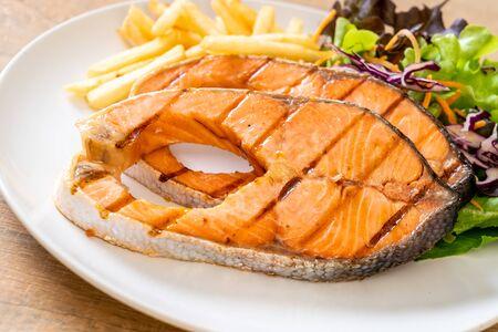 double grilled salmon steak fillet with french fries Zdjęcie Seryjne