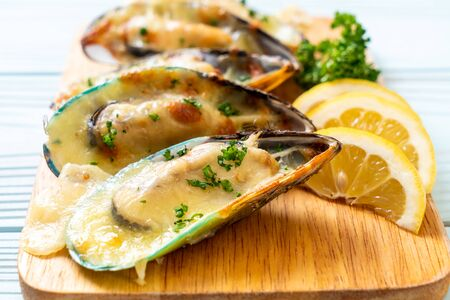 fresh mussel baked with cheese Foto de archivo - 129246039