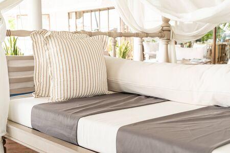 almohada hermosa y cómoda en la silla del patio