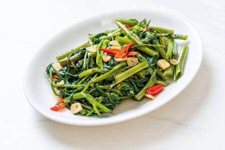 Morning Glory chino salteado o espinaca de agua - estilo de comida asiática
