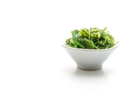 Salade d'algues isolé sur fond blanc -style de cuisine japonaise