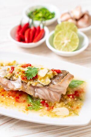 Filetto di pesce di cernia al vapore con salsa di lime e peperoncino in salsa di lime - stile alimentare asiatico
