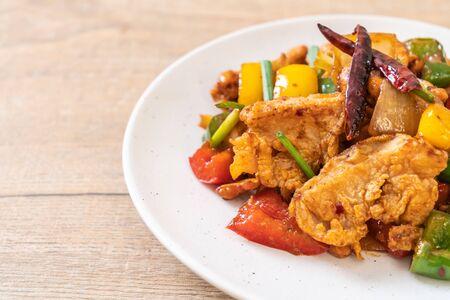 Pollo saltato in padella con anacardi - Cibo asiatico