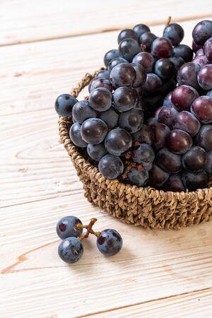 fresh black grapes in basket Zdjęcie Seryjne
