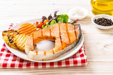 grilled salmon steak fillet with vegetable on plate Stockfoto