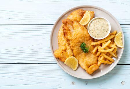pescado y patatas fritas con patatas fritas - comida poco saludable