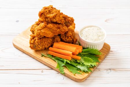 fried spicy chicken wings with vegetable Stok Fotoğraf
