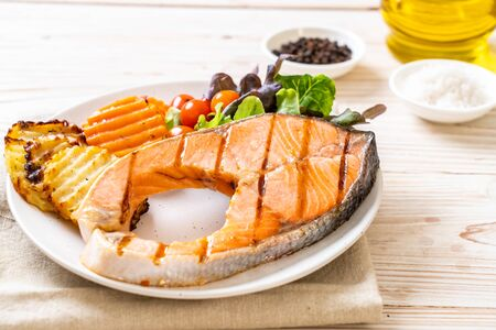 grilled salmon steak fillet with vegetable on plate Imagens