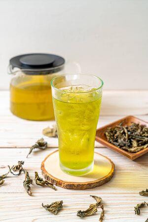 iced Japanese green tea on wood background Stockfoto