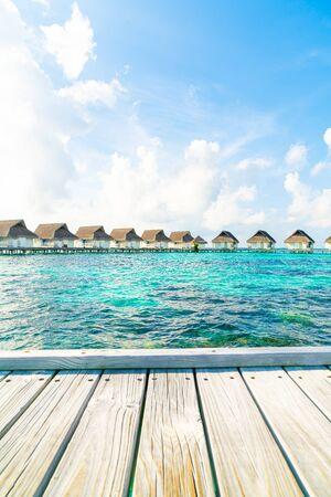 Tropical Maldives resort hotel e isla con playa y mar para el concepto de vacaciones de vacaciones: mejore el estilo de procesamiento de color