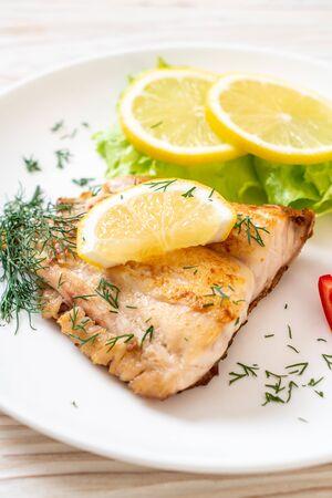 bistecca di pesce dentice alla griglia con vagetable