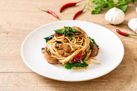 stir-fried spaghetti with chicken and basil - fusion food style Stockfoto