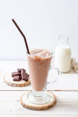 Geeistes Schokoladenmilchshakegetränk auf Holzhintergrund Standard-Bild
