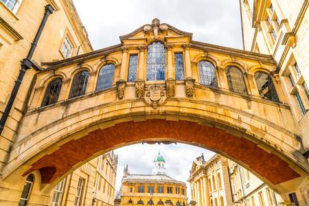 L'Hertford Bridge, noto come il Ponte dei Sospiri, è uno skyway che unisce due parti dell'Hertford College di Oxford, nel Regno Unito. Editoriali