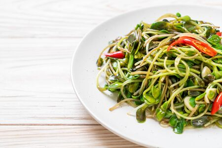 Fried Sunflower Sprout with Oyster Sauce - healthy food style Stockfoto