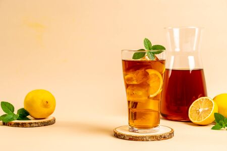 glass of ice lemon tea with mint Banque d'images - 131951180
