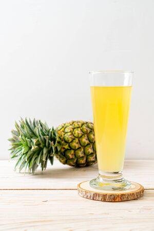 fresh pineapple juice on wood background Zdjęcie Seryjne - 131783684