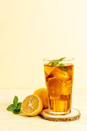glass of ice lemon tea with mint Banque d'images - 131950924
