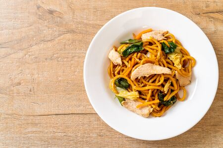 stir-fried yakisoba noodles with chicken- Asian food style Foto de archivo - 135503390