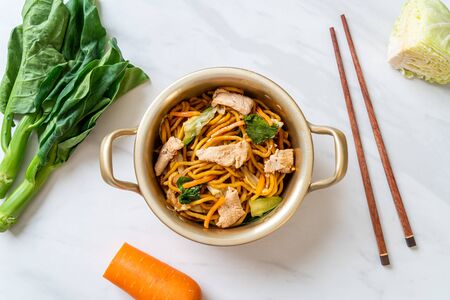 stir-fried yakisoba noodles with chicken- Asian food style Foto de archivo - 135503351