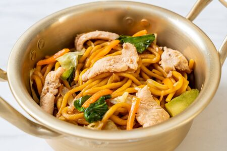 stir-fried yakisoba noodles with chicken- Asian food style Foto de archivo - 135503356