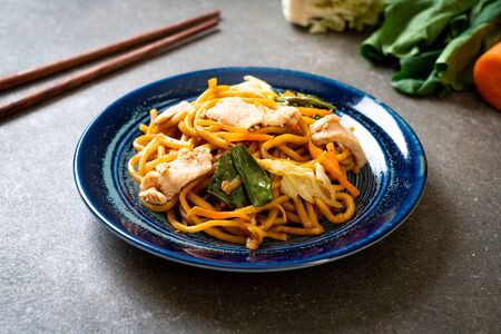 stir-fried yakisoba noodles with chicken- Asian food style Foto de archivo - 135502957