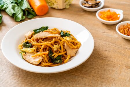 stir-fried yakisoba noodles with chicken- Asian food style Foto de archivo - 135502959