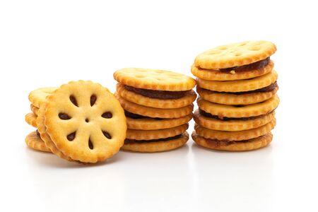 Kekse mit Ananasmarmelade isoliert auf weißem Hintergrund Standard-Bild