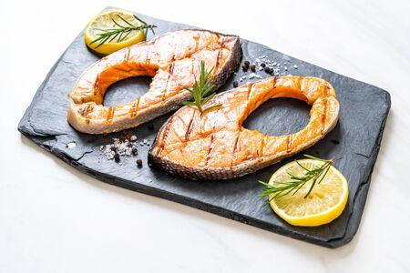 grilled salmon steak fillet with lemon Stockfoto