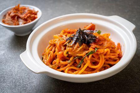 fideos salteados con salsa picante coreana y vegetales - Estilo de comida coreana
