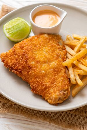 pescado frito y patatas fritas Foto de archivo