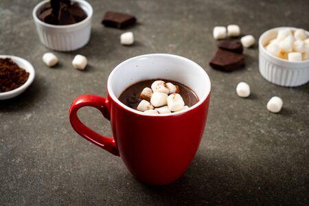 chocolate caliente con malvaviscos en taza Foto de archivo