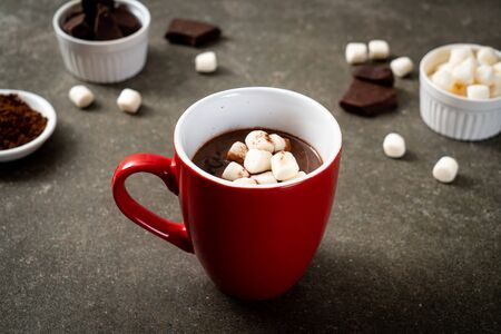heiße Schokolade mit Marshmallows in der Tasse Standard-Bild