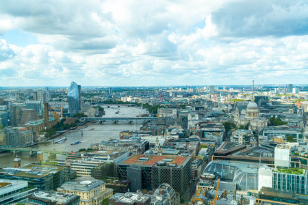 Vista aerea della città di Londra con il fiume Tamigi, UK