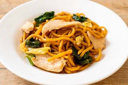 smażony makaron yakisoba z kurczakiem - po azjatyckim stylu