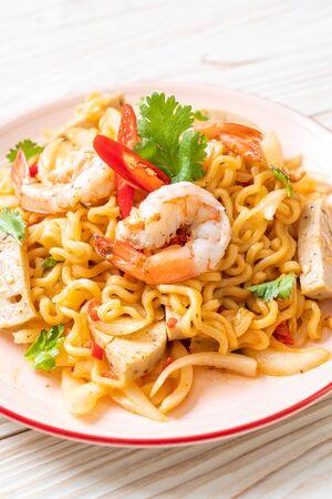 spicy instant noodles salad with shrimps - Thai food style Foto de archivo - 135502075