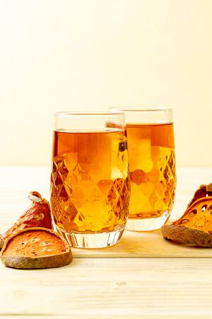 Bael Fruit Herbal Drink Glass on Wood Background Foto de archivo - 135502169