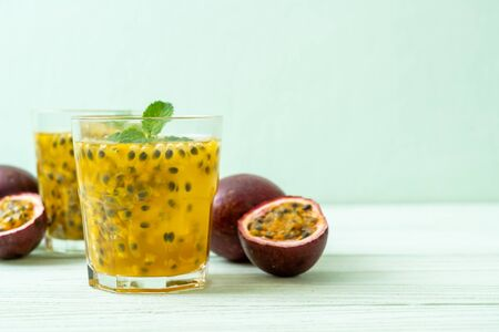 fresh and iced passion fruit juice - healthy drink Foto de archivo - 135502185