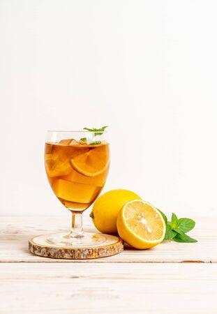 glass of ice lemon tea with mint Foto de archivo - 135502260
