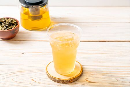iced jasmine tea on wood background Foto de archivo - 135502670