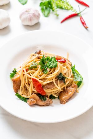 stir-fried spaghetti with chicken and basil - fusion food style Foto de archivo - 135502674
