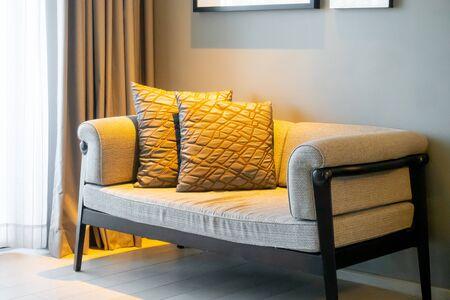 Hermosa decoración de almohadas en el sofá en el interior de la sala de estar Foto de archivo