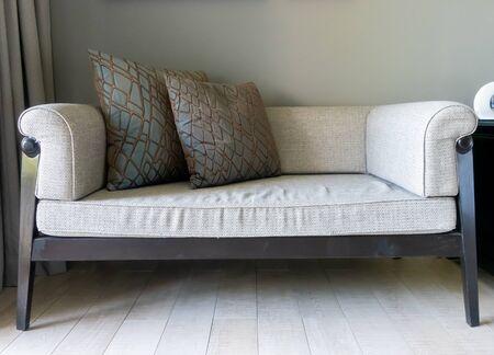 schönes und bequemes Kissendekorationssofa im Wohnzimmer Standard-Bild