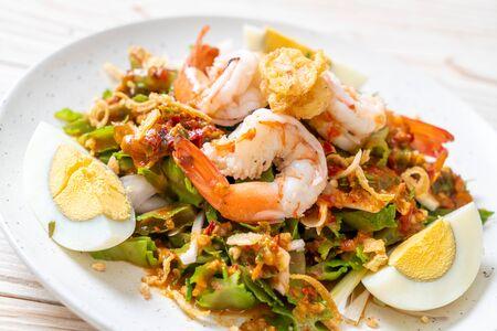 Salade épicée aux haricots ou aux noix de bétel avec crevettes et crevettes - style cuisine thaïlandaise