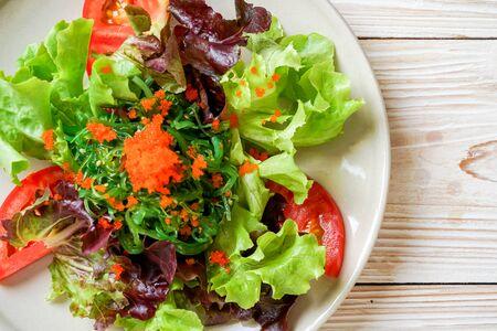 Gemüsesalat mit japanischem Seetang und Garneleneiern - gesund und vegetarisch food Standard-Bild
