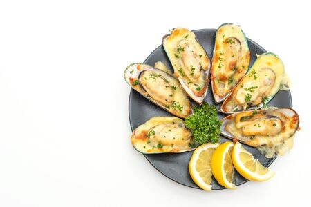 fresh mussel baked with cheese isolated on white background Banque d'images