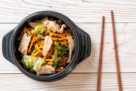 gebratene Yakisoba-Nudeln mit Hühnchen - asiatische Küche