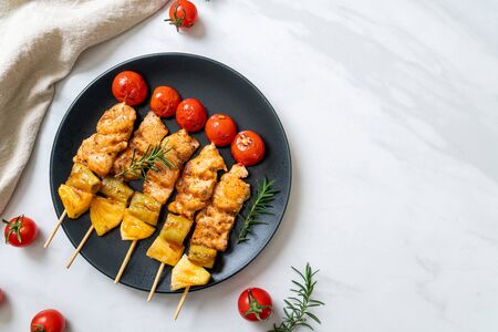 grilled chicken barbecue skewer on plate 免版税图像 - 140218195