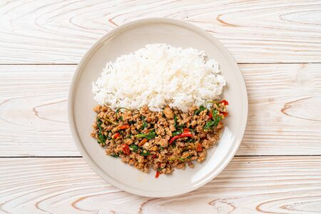 Stir fried Thai basil with minced pork and chilli on topped rice - Thai local food style Imagens